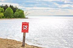 Предупредительный знак на реке - запрещен купать, опасный к l Стоковое Изображение