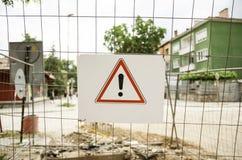 Предупредительный знак на связанной проволокой загородке Стоковая Фотография RF