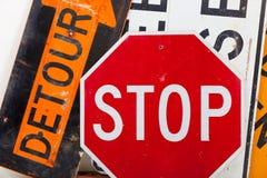 Предупредительный знак дороги как предпосылка Стоковое Фото
