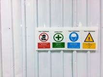 Предупредительный знак, отсутствие входа, безопасность прежде всего, шлемов безопасности, общей опасности Стоковое фото RF