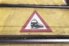 Предупредительный знак поезда на железнодорожном переезде стоковая фотография rf
