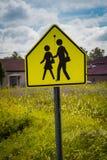 Предупредительный знак скрещивания ребенка школьного возраста Стоковые Изображения RF