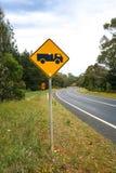 Предупредительный знак тележки на загибе в дороге Стоковые Изображения RF