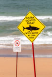 Предупредительный знак sighting акулы на пляже Стоковое Изображение RF