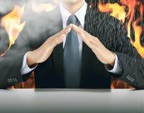 Предусматрива бизнесмена и руки с предпосылкой огня стоковые изображения
