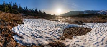 предыдущая весна горы ландшафта Стоковые Фото