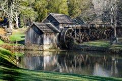 Предыдущий взгляд весны мельницы Mabry на бульваре Риджа сини расположенном в югозападной Вирджинии Стоковые Изображения