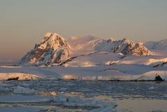 приантарктическая зима захода солнца стоковая фотография