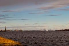 Прибалтийский контейнерный терминал с кранами порта Стержень груза Риги Стоковые Фото