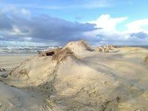Прибалтийский пляж с белым песком побережья Стоковые Изображения