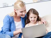 Прибои маленького ребенка на интернете Стоковая Фотография RF