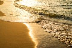 Прибой Балтийского моря с солнцем вечера стоковое изображение rf