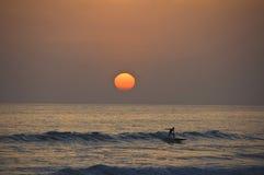 прибой захода солнца езды Стоковое Фото