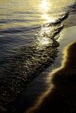 прибой захода солнца стоковое изображение rf