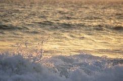 Прибой захода солнца Стоковые Изображения RF