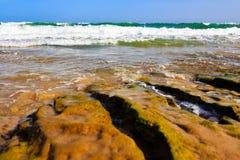 Прибой и брызг моря на пляже Стоковое Изображение RF