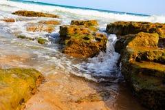 Прибой и брызг моря на пляже Стоковая Фотография