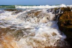 Прибой и брызг моря на пляже Стоковое Фото