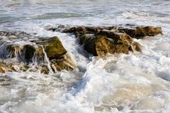 Прибой и брызг моря на пляже Стоковое Изображение