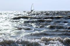 Прибой и ветрило моря на горизонте стоковые фотографии rf