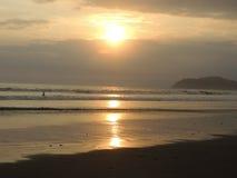 Прибой и заход солнца Стоковые Изображения