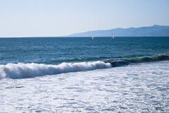 Прибой и парусники пляжа Венеция Стоковая Фотография