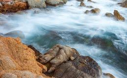 Прибой и прибрежные утесы выдержка длиной стоковые фото