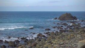 Прибой и скалистое побережье сток-видео