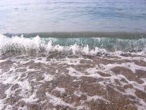 Прибой людей на заднем плане больший волны пляжа океана на береге с ясной морской водой стоковые фотографии rf