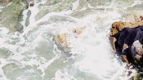 Прибой моря, голубая волна ударяет утесы видеоматериал