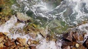 Прибой моря, голубая волна ударяет утесы сток-видео