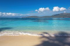 Прибой моря, голубая чистая вода и белый песок Стоковые Фотографии RF