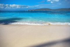 Прибой моря, голубая чистая вода и белый песок Стоковое Изображение RF