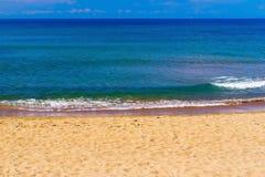 Прибой моря и песочное побережье Стоковое Изображение