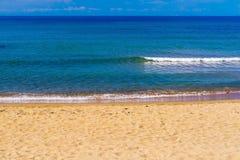 Прибой моря и песочное побережье Стоковые Фото