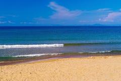 Прибой моря и песочное побережье Стоковая Фотография