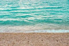 Прибой моря на каменистом пляже стоковая фотография rf