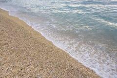 Прибой моря на каменистом пляже Стоковое фото RF