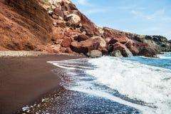 Прибой моря на красивом красном пляже Стоковая Фотография RF