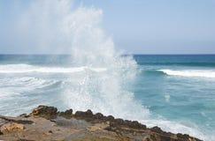 Прибой моря на обстроганных скалах Ла Стоковые Фотографии RF