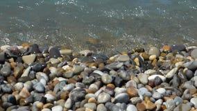Прибой моря на пестротканых отполированных камнях и камешках видеоматериал