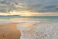 прибой моря на песчаном пляже в Таиланде с красивым небом Стоковое Изображение RF