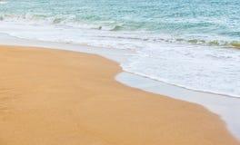 прибой моря на песчаном пляже Стоковые Фото