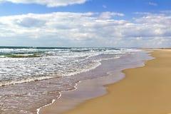 Прибой моря на песчаном пляже Стоковые Изображения RF