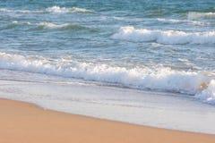 Прибой моря на песчаном пляже Стоковое Фото