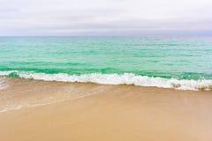 Прибой моря на пляже стоковые изображения