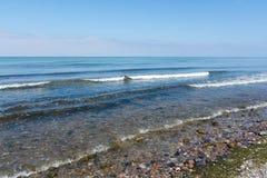 Прибой моря на пляже камешков на береге Балтийского моря, курорте экземпляра Стоковое Изображение RF
