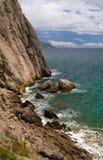 Прибой моря на скалистом береге Стоковая Фотография