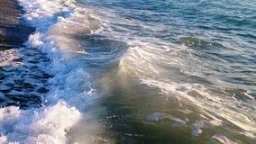 Прибой моря на солнечный день стоковое изображение