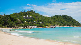 Прибой моря на тропическом острове на солнечном дне Стоковые Фото